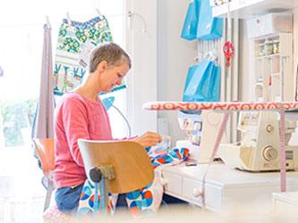 Britta Mohrmann fertigt ihre wunderschönen Unikate aus Stoff im Laden an