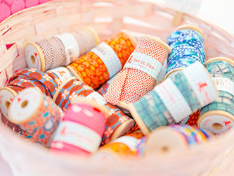 Schmale Stoffbänder auf Spulen